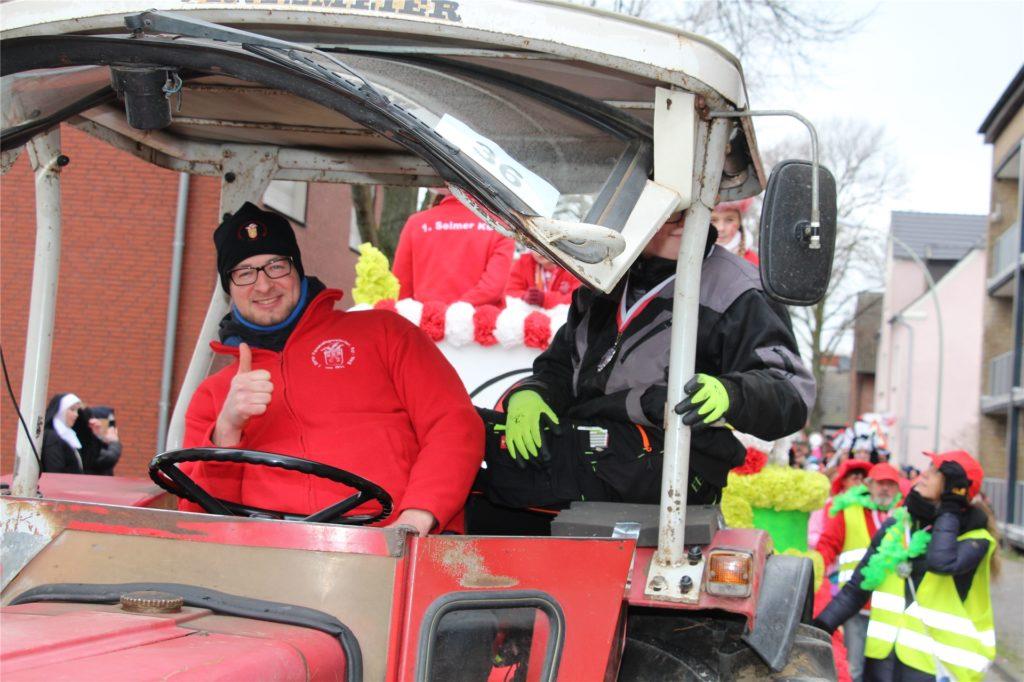 Tobias Steinbrink fährt den Wagen des Kinderprinzenpaares.