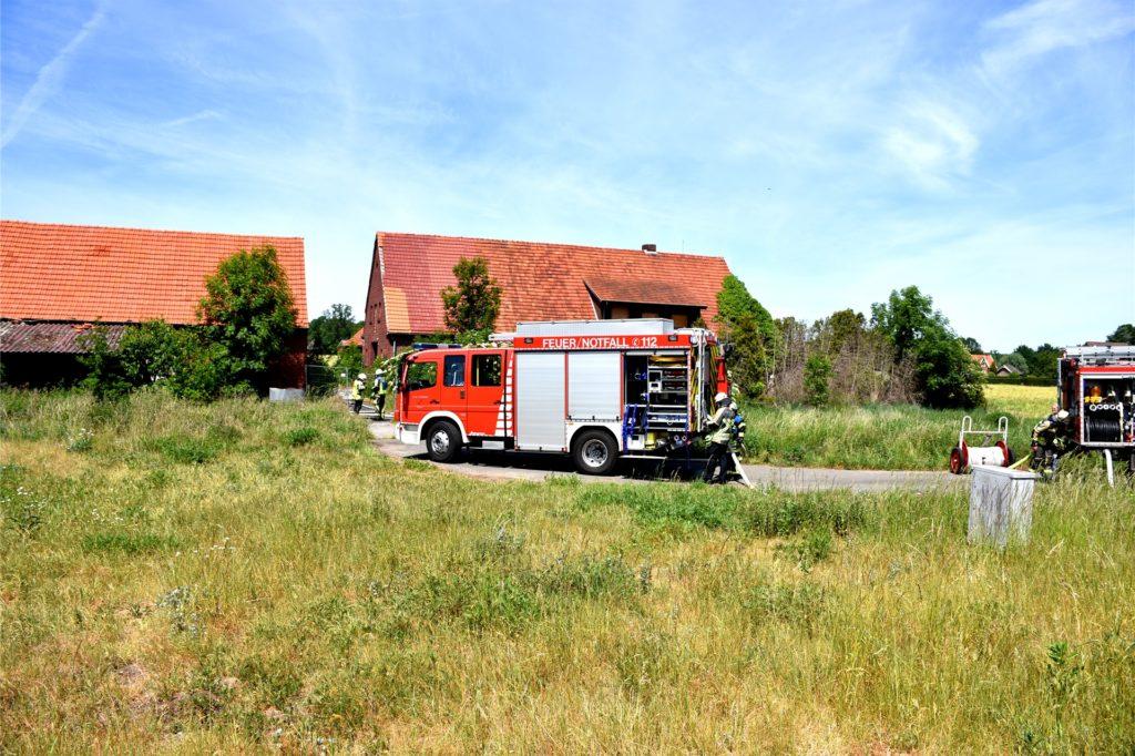 Feuerwehrleute der hauptamtlichen Wache Ahaus sowie der Löschzug Ahaus der Freiwilligen Feuerwehr waren zu dem Feuer an dem leer stehenden Hof ausgerückt. Sie konnten die Flammen schnell unter Kontrolle bringen.