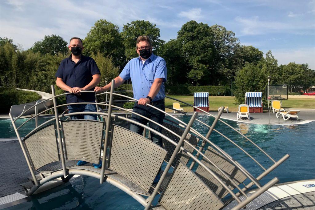 Betriebsleiter Christian Krause (l.) und Geschäftsführer Karsten Meyer haben das Atlantis am Dienstag nach Pfingsten wieder geöffnet.