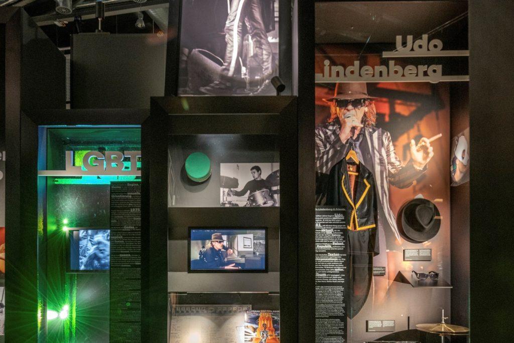 Udo Lindenberg, Sohn und Ehrenbürger der Stadt Gronau, ist dem Rock'n'Popmuseum eng verbunden. Er stiftete nicht nur sein Bühnenoutfit, sondern begrüßt jeden Besucher per Videobotschaft.