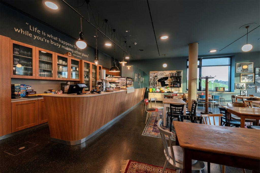 Im museumseigenen Café Backstage können die Besucher die zahlreichen Eindrücke bei einem Kaffee sacken lassen.
