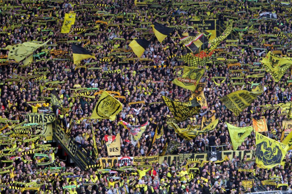 Stimmung pur auf der Südtribüne. Auch mit 81 Jahren gehört Dieter Wehrs noch zu den BVB-Fans, die ihrem Team von hier aus frenetisch zujubeln.
