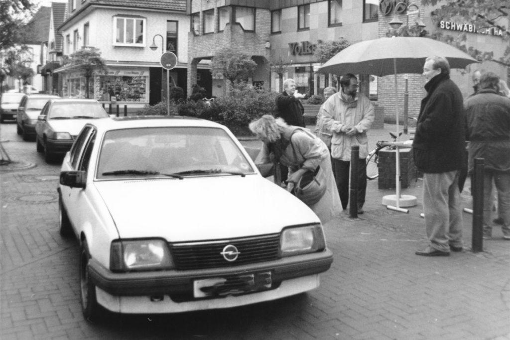 """Ein Bild aus dem Jahr 1993 von der Mittelstraße. Schon damals wurde die Verkehrssituation bemängelt - die CDU hatte eine Schließung für den Autoverkehr vorgeschlagen. Eine Ersatzstraße entlang des oberen und mittleren Mühlenteiches, wie sie die CDU vorgeschlagen hatte, wurde allerdings von der Bürgerinitiative """"Keine Straße entlang dem Mühlenteich"""" und vielen Bürgern abgelehnt. Bei der nächsten Kommunalwahl gab es für die CDU die Quittung. Die CDU-Ratsfrau Odilia Grewing verlor ihr Ratsmandat am"""