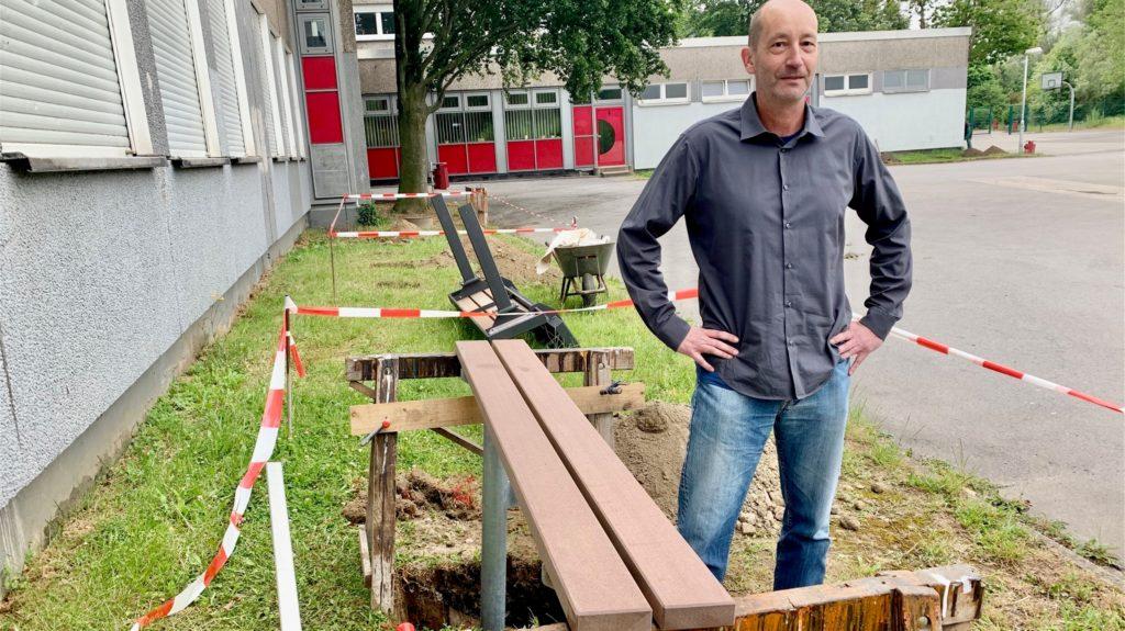 """Hubert Mittler vor der """"Bänke-Baustelle"""". Endlich tut sich etwas auf dem Schulhof."""