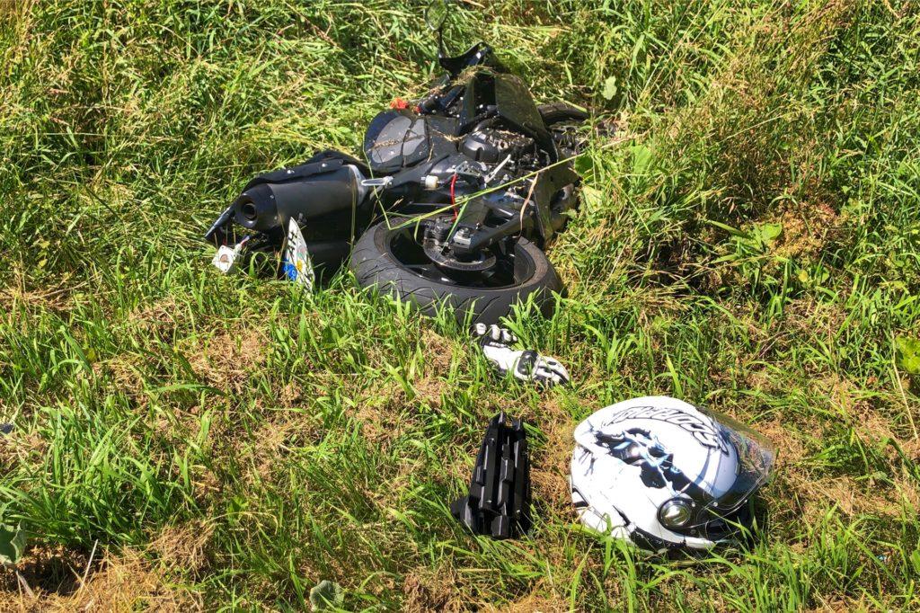 Das Motorrad landete im linken Straßengraben.