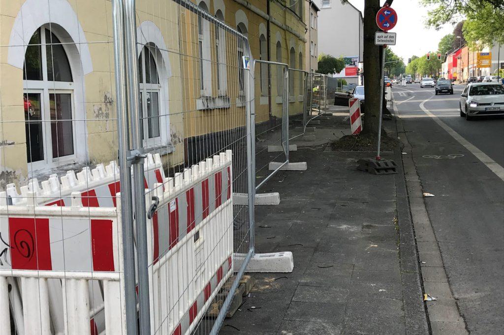 Rund um die Gebäude an der Wittener Straße stand wochenlang ein Zaun. Er sicherte das Gelände und die dort verhängte Quarantäne für die knapp 100 Bewohner des Wohnkomplexes.