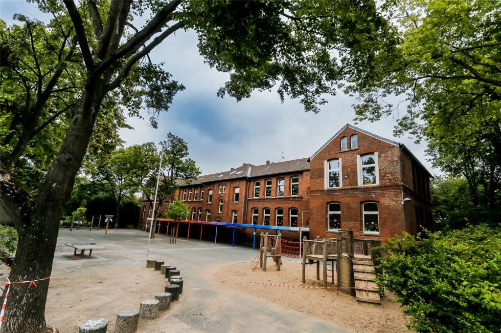 An der Mörike-Grundschule in Somborn ist ein Kind positiv auf Corona getestet worden. Die Lehrerin sowie die anderen Kinder der Klasse und ihre Familien sind deswegen bis zum 8. Juli in Quarantäne.