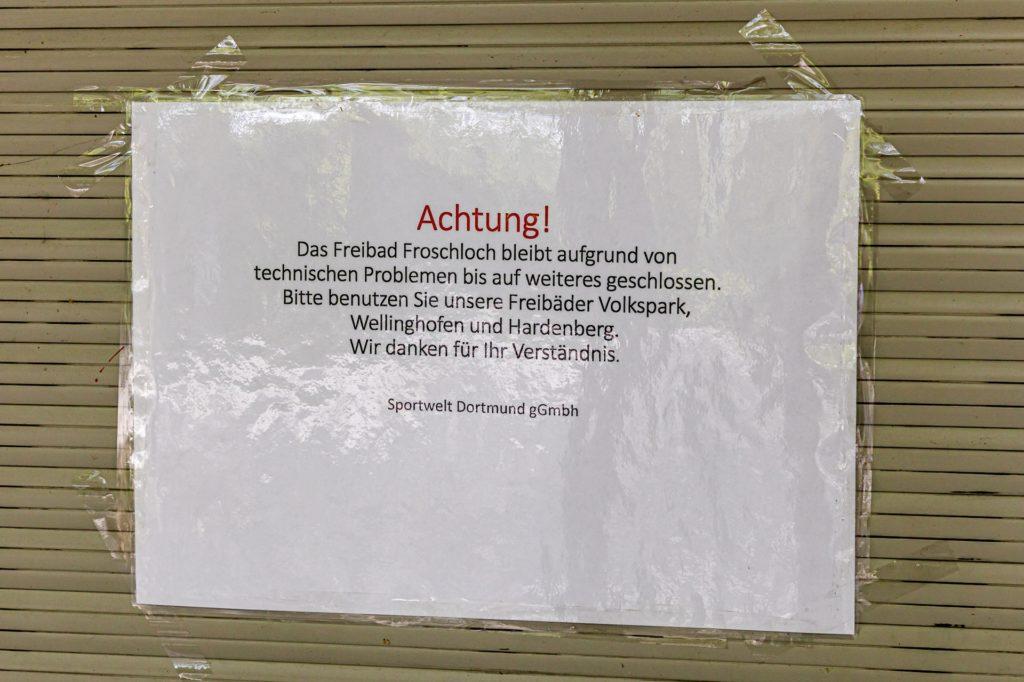 """Wegen """"technischer Probleme"""" geschlossen: Hinweiszettel am Freibad Froschloch."""