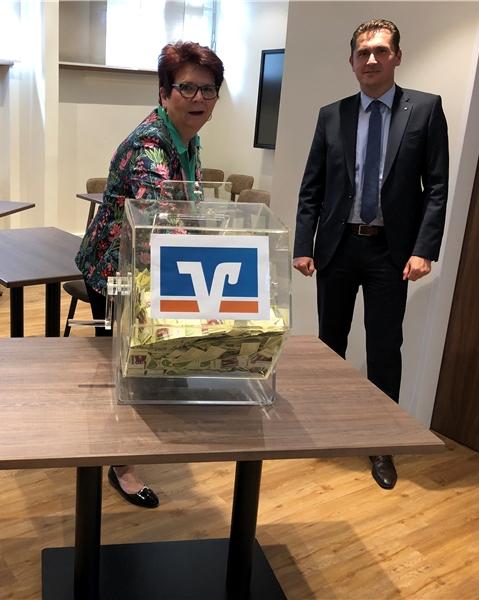 Jutta Steiner und Thomas Krotki (r.) zogen unter den Augen von Norbert Zolda die Gewinner der dritten Ziehung zum 100-Euro-Gastrogutschein.