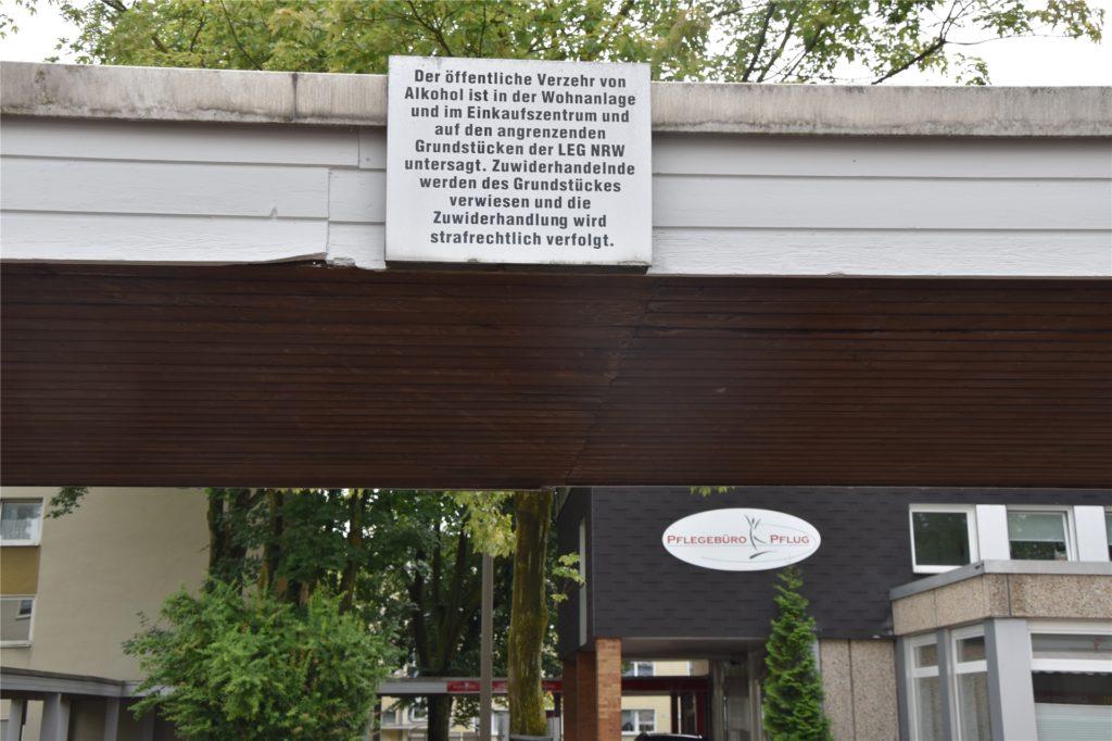 Dieses Schild hängt im Meylantviertel und verbietet eigentlich den Verzehr von Alkohol auf dem Grundstück der LEG. Zum Grundstück gehören auch die Rampe und die Treppe.