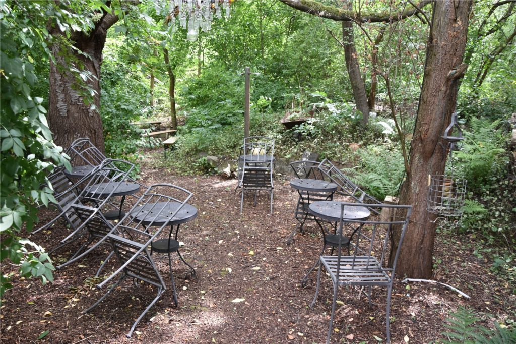 Im hinteren Bereich des Gartens  und im Schatten der Bäume befinden viele Sitzgelegenheiten. Dort finden auch öfter Treffen statt.