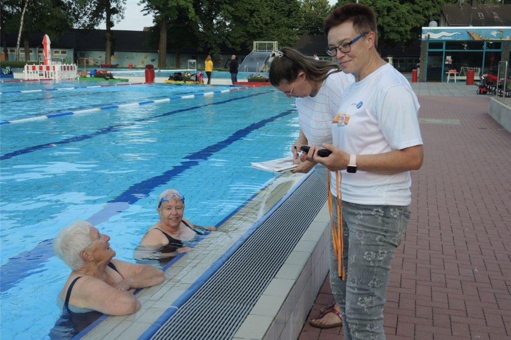 Nach der Leichtathletik-Stunde an der Uferstraße ging es beim Sportabzeichen im Parkbad Nord in Ickern weiter. Hier war es die Aufgabe von Ute Spengler (r), die Schwimm-Zeiten zu messen, auch von Frauke Hein (im Wasser rechts). Ihr Ziel ist es, zum 60. Mal erfolgreich die Prüfungen zu schaffen.