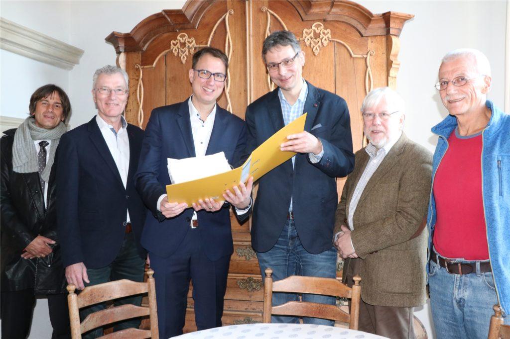 Ein Bild aus dem Mai 2019: Alexander Demes (4. v. l.) überreichte den Aktenordner mit 3530 Unterschriften für das Bürgerbegehren zum Schulcampus-Ratsbeschluss an Bürgermeister Dr. Christoph Holtwisch (3. v. l.) im Beisein von (v. l.) Ansgar Hakvoort (Bürgergruppe), Bernd Kemper (Erster Beigeordneter Stadt Vreden), Dr. Werner Ihling und Josef Röring-Sonnenschein (beide Bürgergruppe).