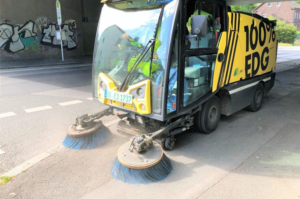 Zweimal pro Woche reinigt eine Kleinkehrmaschine den Dortmunder Bereich der Unterführung. Der hartnäckige Taubenkot am Boden lässt sich damit allerdings nicht entfernen.