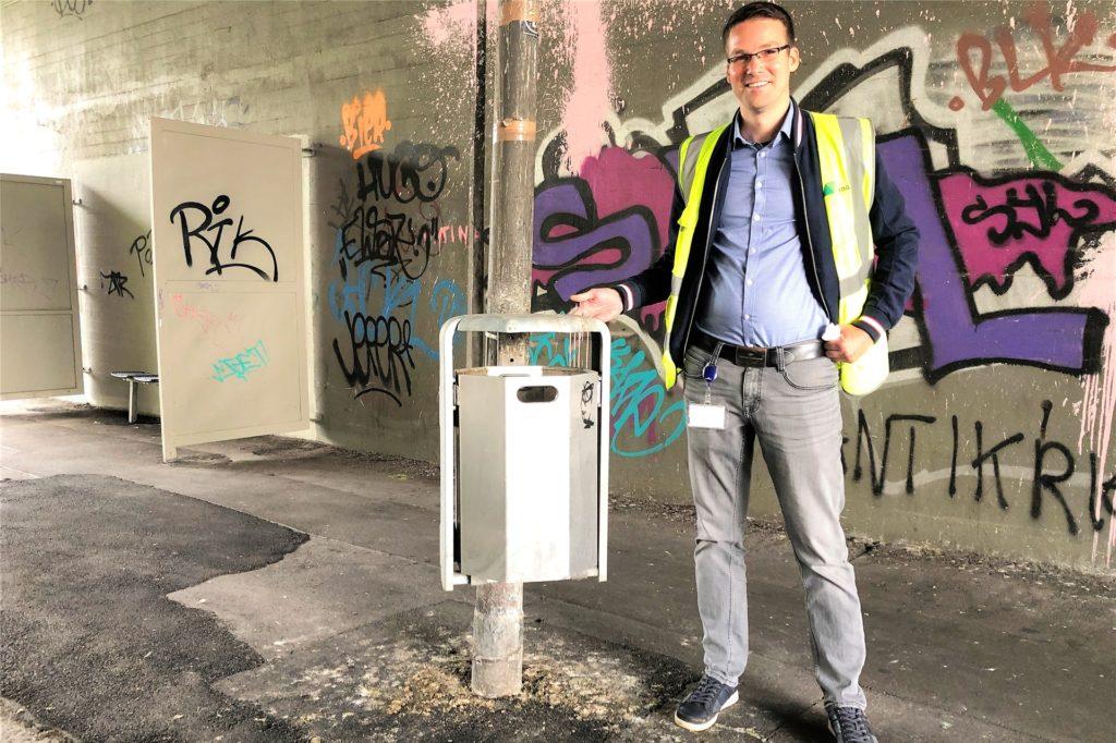 Den alten, vollgekoteten Abfallbehälter hat Marcel Beine gegen einen neuen ausgetauscht.