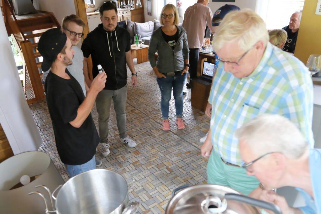 Thomas Redders (links) mit Teilnehmern seines Bierbrauseminares.