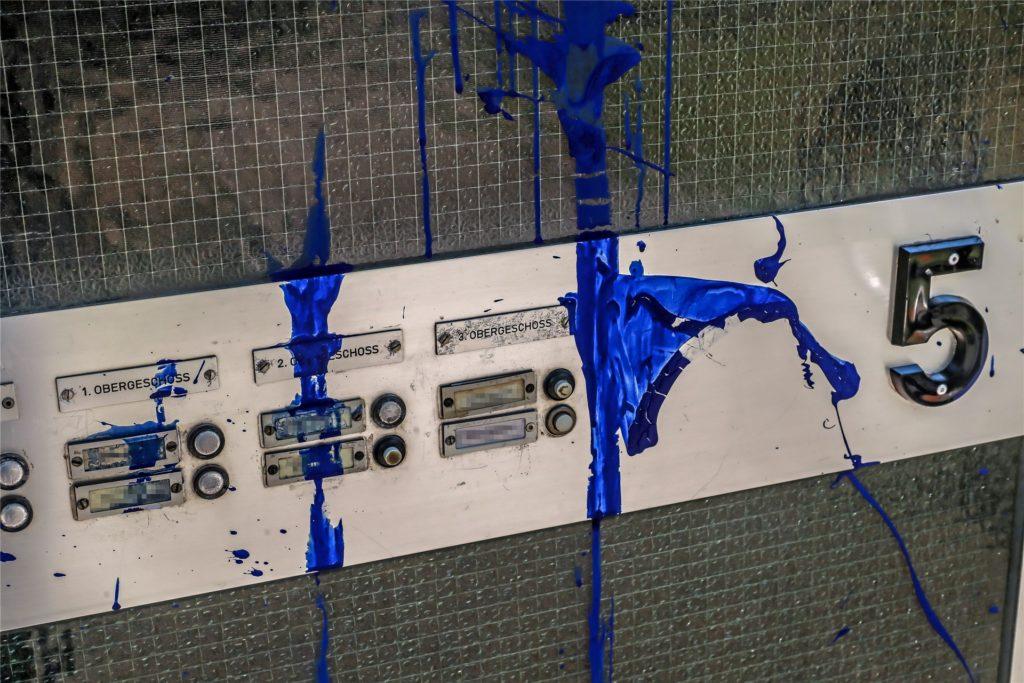 Die Haustür an der Barthstraße 5 wurde von unbekannten Tätern mit blauer Farbe beschmiert.