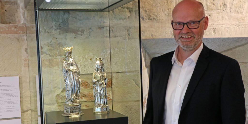Bernhard Laukötter will als Bürgermeister ins Legdener Rathaus einziehen. Das Dormitorium ist für ihn ein ganz besonderer Ort. Speziell in der Vitrine mit den Reliquienstatuetten der Heiligen Brigida und der Heiligen Margareta sieht der 53-Jährige das Verbindende von Legden und Asbeck.