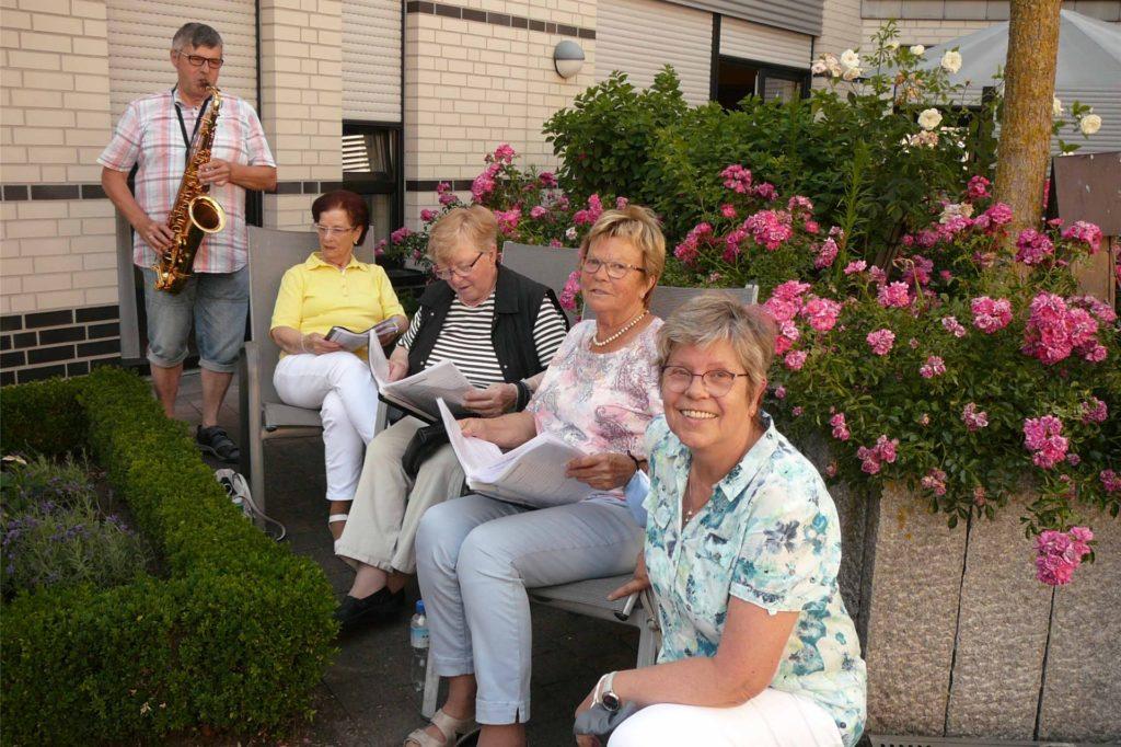 Das Team der Senioren St. Marien und Musiker Heinz Alfert haben Wort gehalten: Ende Juni, kamen sie zum Singen zurück ins Pflegeheim St. Marien.