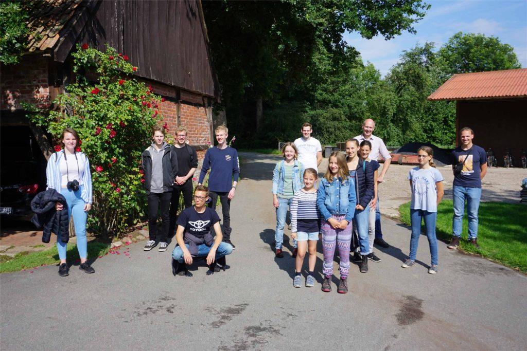 Mitglieder der Grünen Jugend und Anhänger von Fridays for Future Ahaus waren zu Besuch bei Landwirt Bernhard Rickert.