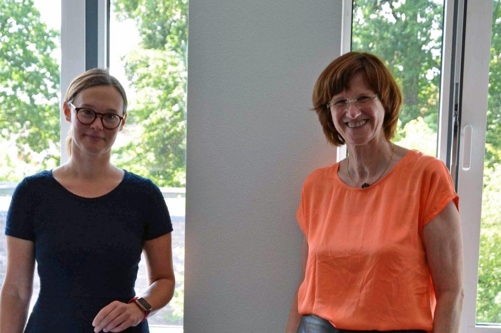 Die Schulleiterin des Berufskollegs Lise Meitner, Jenny Dalhaus (l.), verabschiedete Ingrid Seggewiß (r.).