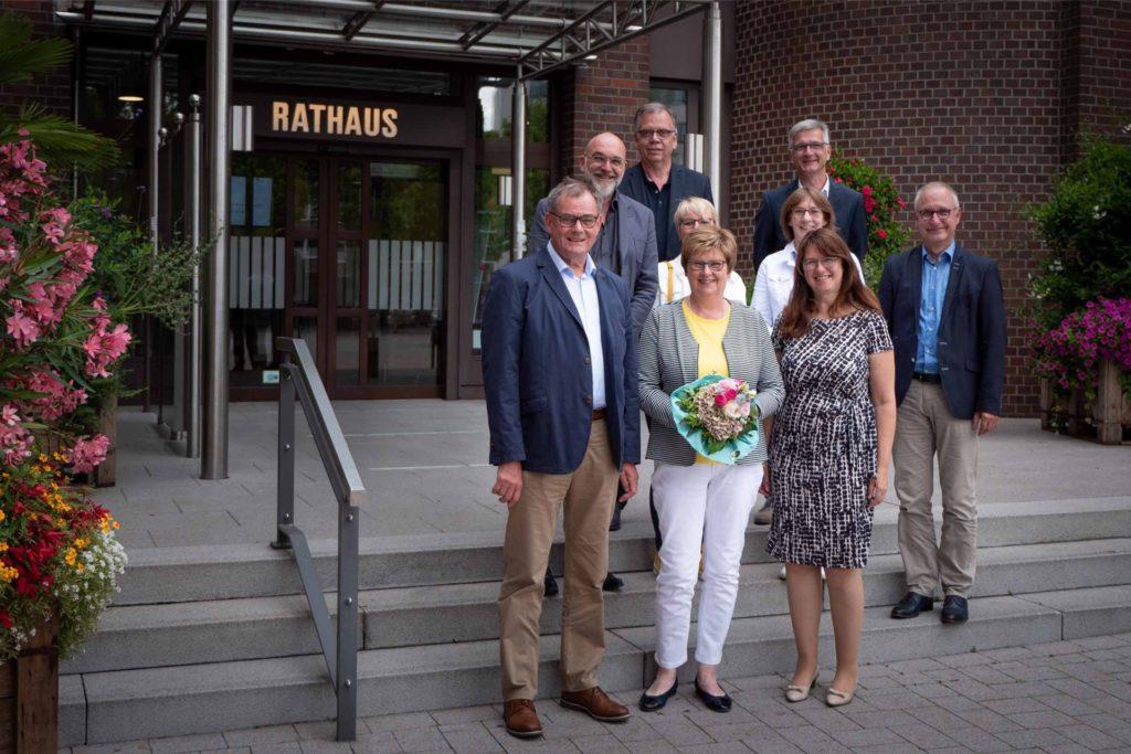 Ende Juni wurde die Schulsekretärin des Alexander-Hegius-Gymnasiums Ursula Müller (vorne, m.) nach mehr als 43 Jahren im Dienst der Stadt Ahaus im Beisein ihres Ehemannes verabschiedet.