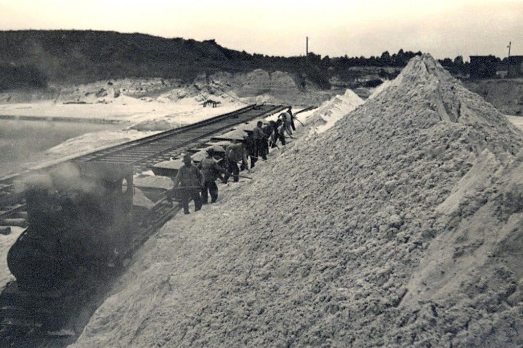 Der Grubenbetrieb Haltern in den 1930er-Jahren: Der vom Bagger aufgeworfene Sand wird in die Loren geschaufelt. Links ist der Förderteich zu sehen.