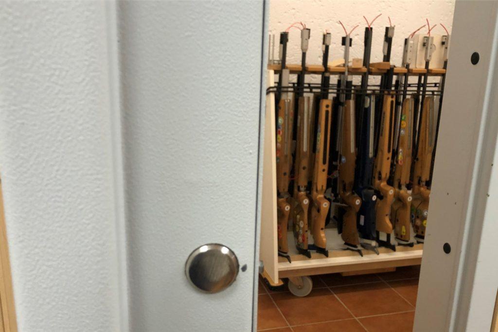 Die Luftgewehre werden sicher hinter einer dicken Stahltür aufbewahrt. Die Kleinkaliberwaffen sind sogar doppelt hinter Tresortüren gesichert.