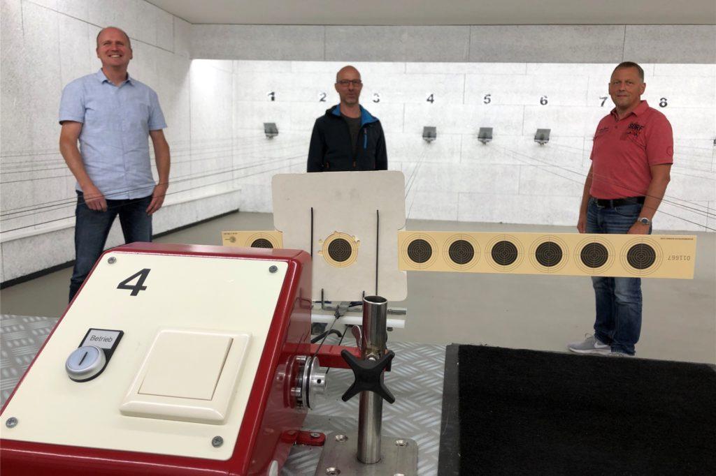 Auch auf dem Zehn-Meter-Luftgewehrstand soll digitale Technik künftig die alten Seilzüge für die Zielscheiben ersetzen, von links: Stefan Borggreve, Guido Switkowsky und Reinhold Büscher.