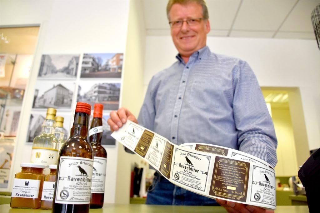 Früher wurden die Etiketten noch mit Leim verklebt, um die Flaschen wiederzuverwenden. Heute gibt es den Ravenbitter in Einwegflaschen mit simplen Klebeetiketten.
