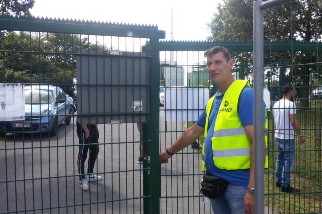 Ein Ordner verschloss am Sonntag nach dem 100. Zuschauer das Eingangstor zum Sportplatz am Grafweg in Castrop-Rauxe