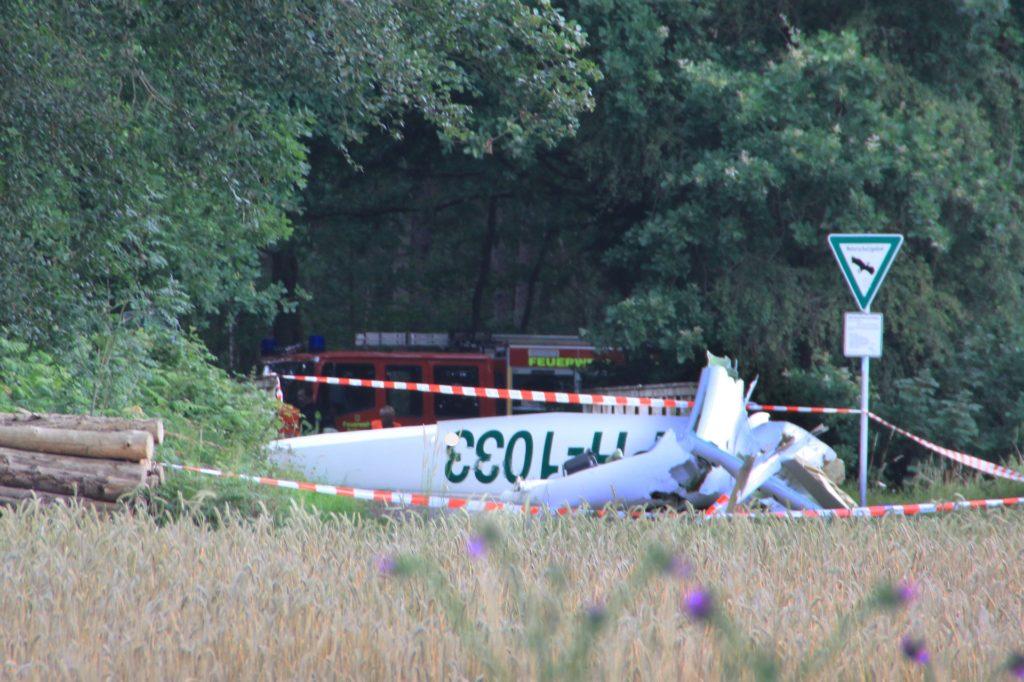Unmittelbar vor der Holzbrücke, die über den Mühlenbach führt, war ein Segelflieger abgestürzt.