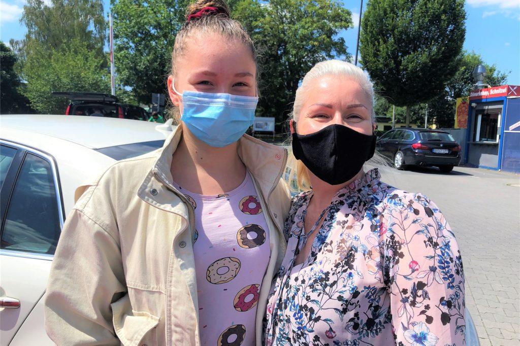 Auch Hanna (14) und Rose (46) befürworten die verlängerte Maskenpflicht.