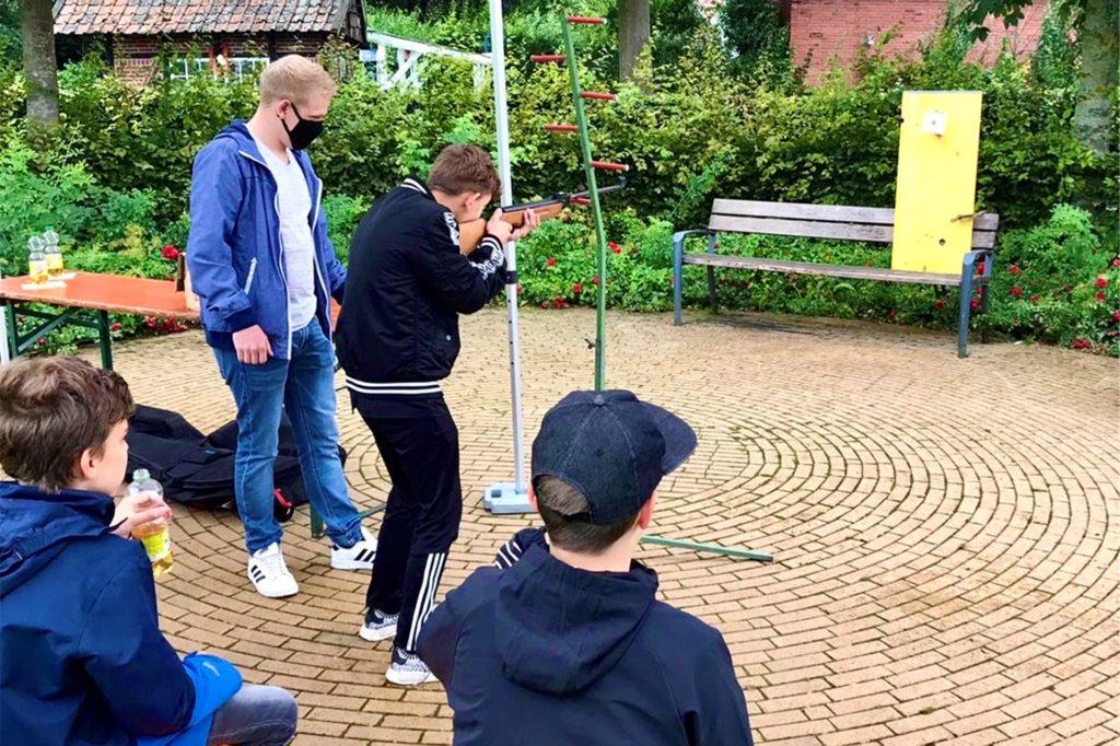 Angleitet vom Ottensteiner Schützenkönig durften die Jungen und Mädchen beim Schießen im Dorfpark ihre Zielgenauigkeit üben.
