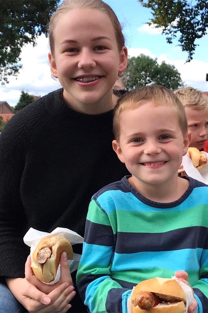 Nachdem die Kinder alle Ecken Ottensteins erkundet und verschiedene Spiele gespielt hatten, gab es am Abend zur Stärkung Würstchen im Brötchen.