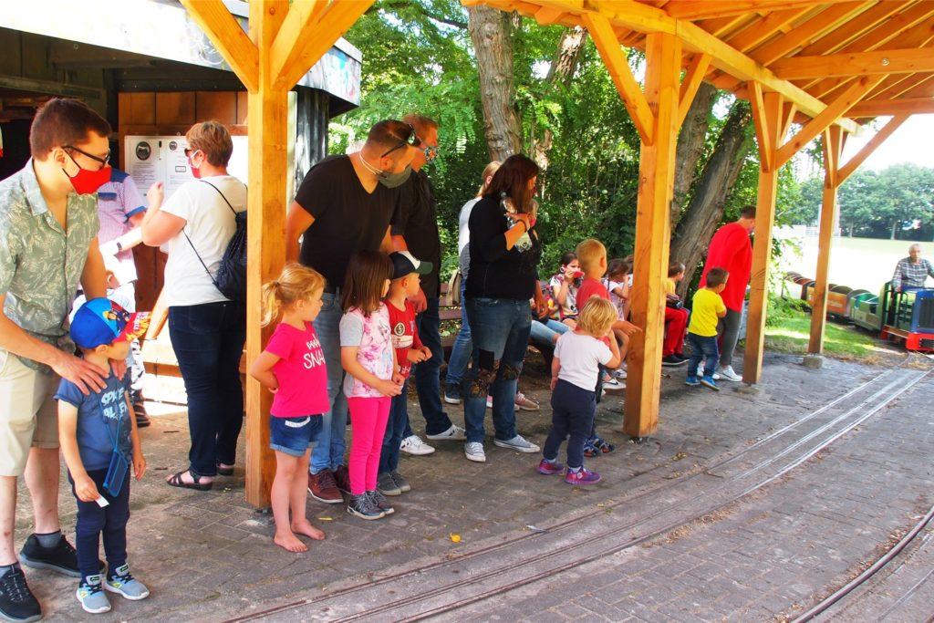 Geduldig warten die Kinder, dass die Parkbahn vorfährt.