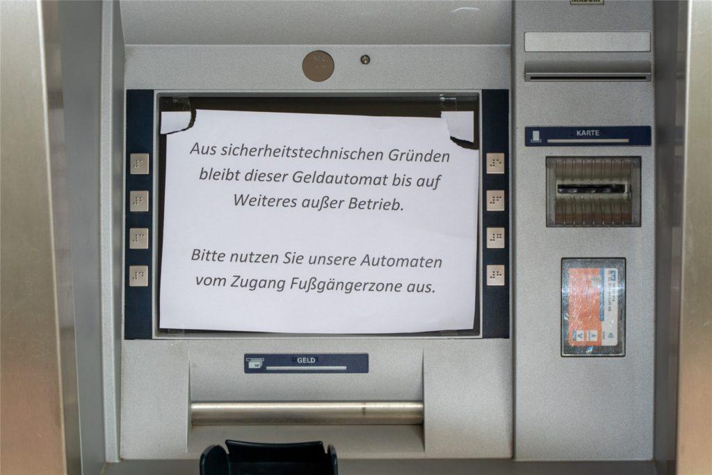 Wie hier am Ahauser Domhof verweist die Volksbank in den SB-Filalen auf die anderen Geldautomaten.