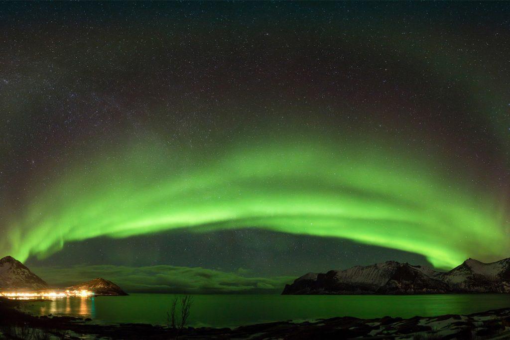 Ein Panoramabild eines Polarlichtes in Nordnorwegen.