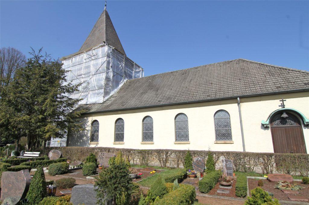 Der Friedhof liegt direkt neben der Kirche.