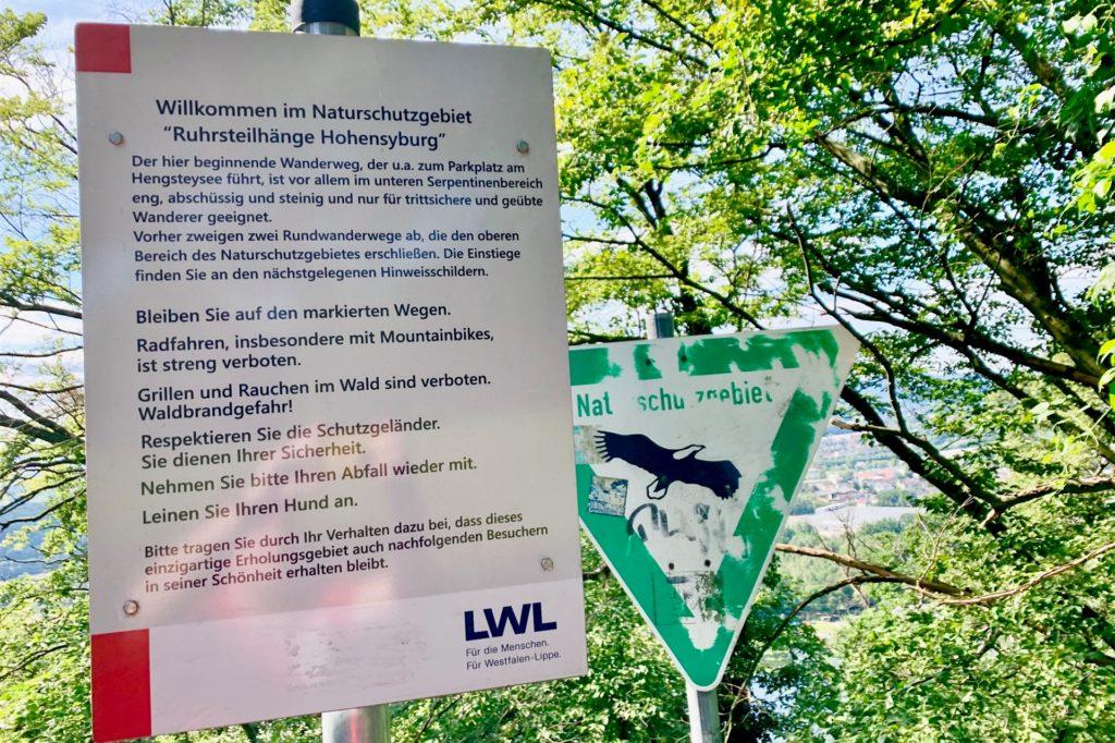 Ein Schild des LWL rät unter anderem davon ab, die Wege zu verlassen – ein Rat, den auch erfahrene Wanderer nur ausdrücklich wiederholen können.