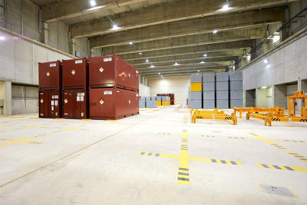 Ein Blick auf die Container mit schwach- und mittelradioaktiven Abfällen, die im Zwischenlager Ahaus stehen