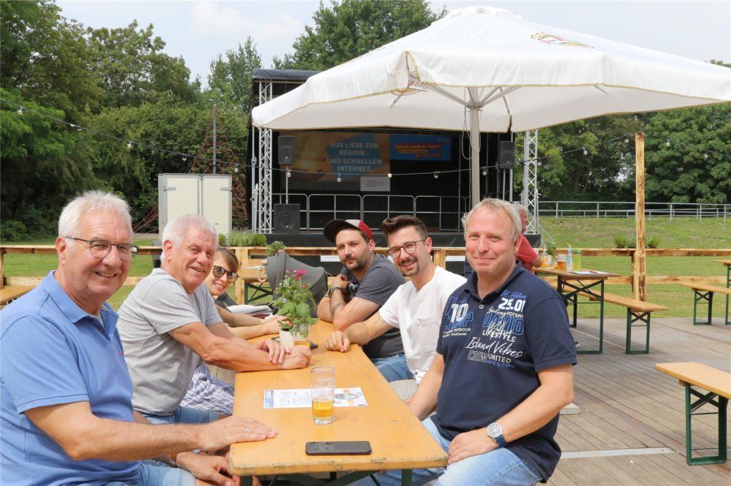 Die Gruppe aus dem Westerwald genießt zusammen mit Jörg Potthof (rechts) den Besuch in dem neuen Biergarten.