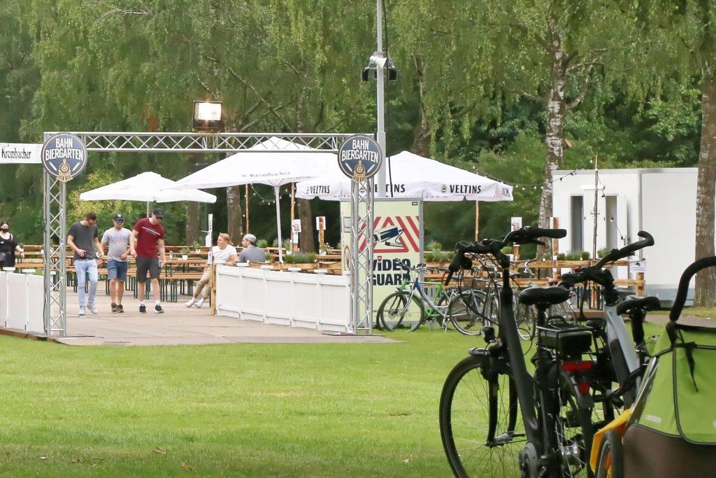 Für rund 400 Besucher bietet der Pop-Up-Biergarten Platz.