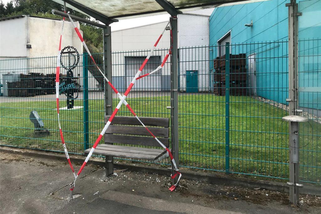 Glasscheiben, die Verletzungsgefahr aufwiesen, haben Polizei und Feuerwehr entfernt.