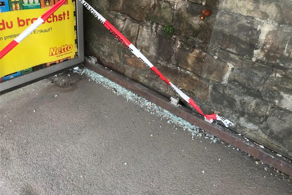 Insgesamt wurden Glasscheiben an zehn Bushaltestellen zerstört, hier an der Letmather Straße in Ergste.