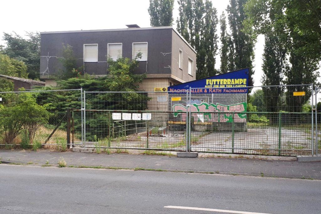 Dieses Gebäude liegt an der Wartburgstraße gegenüber von Reifen Stiebling und macht einen sehr verwahrlosten Eindruck.