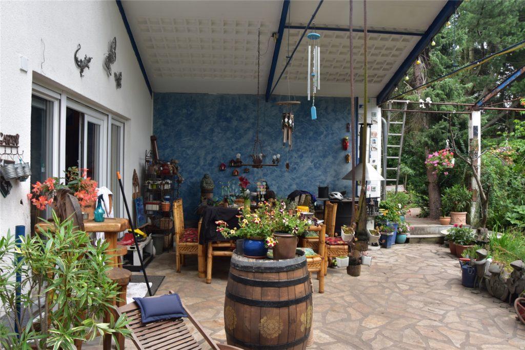 Wo früher noch die Wäscherei war, ist heute die Terrasse des Gartens.