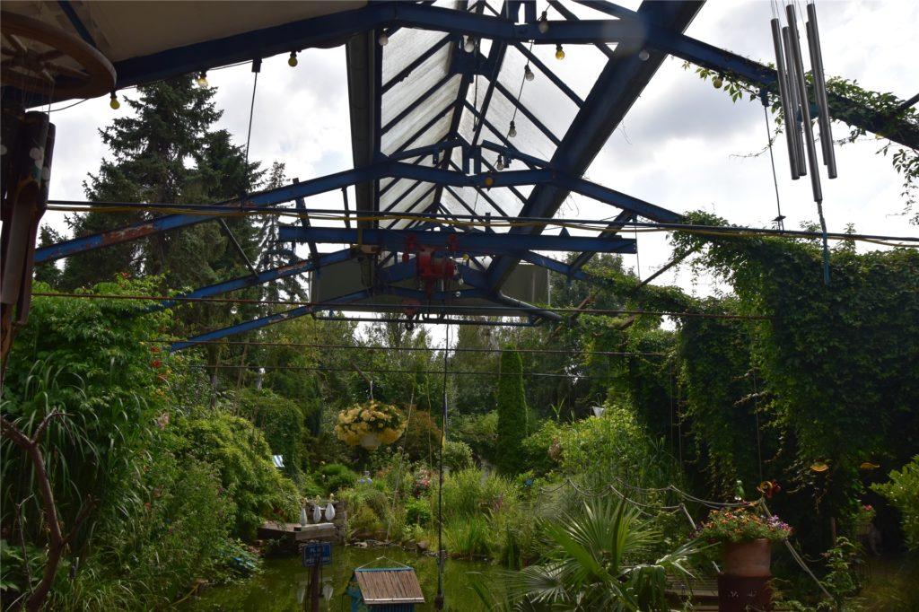 Ein Teil des Dachs der alten Wäscherei ist erhalten geblieben und ragt in den Garten hinein.