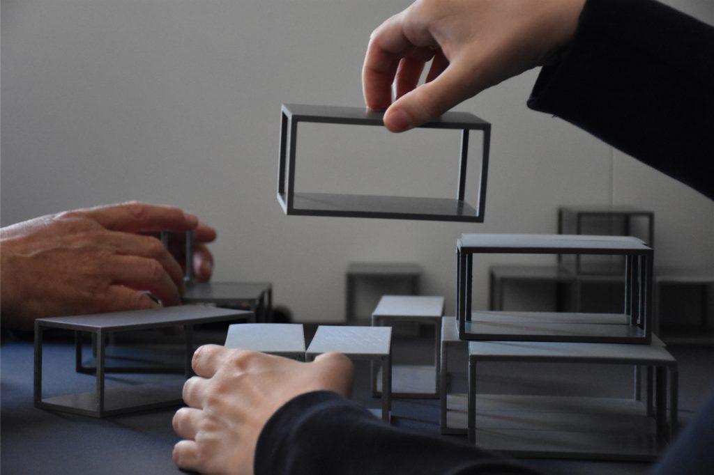 Am Ende der Führung durften die Gäste mit Miniatur-Modulen ihr eigenes Krankenhaus entwerfen.