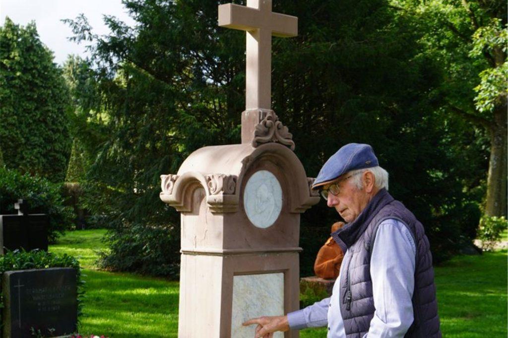 Hermann Pennekamp von der Bürgerstiftung begutachtete einen historischen Grabstein.